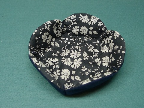 お花の形の布小皿