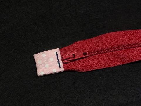 ファスナーの端っこに布を縫いつけるとき