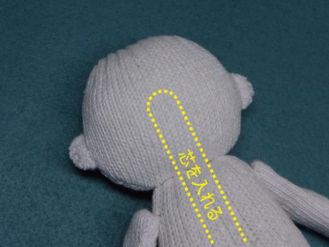 軍手人形に首の芯を入れる